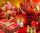 Kerstcadeautjes met een kaars aangestoken op kerstavond