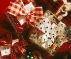 Kerstcadeaus versierd met linten