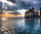 Castle of versterkte toren omringd door een meer