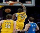 Basketbal speler gaat voor een Slam Dunk