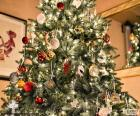 Kerstboom met decoraties