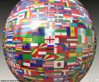 Bol met vlaggen van de vijf continenten, Azië, Europa, Amerika, Oceanië en Afrika