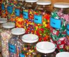 Glascontainers met verschillende soorten snoep