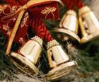 Kerst klokken versierd met linten