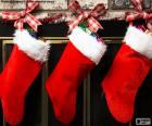 Kerst sokken met decoratie en opknoping op de muur van de schoorsteen