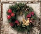 Krans van Kerstmis hing in de deuropening van een huis