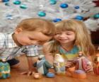 Kinderen spelen met de kribbe