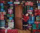 Meisjes invoeren van een kamer vol geschenken