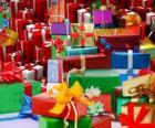 Stapel Kerstcadeaus met mooie strikken