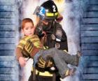 Brandweer met een kind in de armen