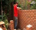 Een metselaar verhogen van een muur
