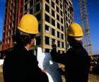 Technicus raadpleging van een vliegtuig in het gebouw werken - architect, voorman bouwer, hoeveelheid landmeter of ingenieur