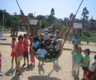Groep van spelende kinderen in het park