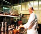 Chef-kok de voorbereiding van een schotel