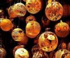 Set van kerstballen of ballen met verschillende decoraties