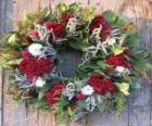 Kerstkrans gemaakt van verschillende plantaardige elementen