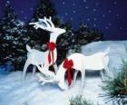 Twee houten rendier met een rode strik op een kerst-decoratie