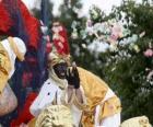 Koning Balthasar in de optocht gooien snoep