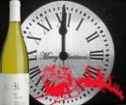 Klok om 12 uur 's nachts, een fles wijn en een slee van de kerstman