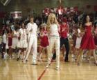Gabriella Montez (Vanessa Hudgens) Troy Bolton (Zac Efron), Ryan Evans (Lucas Grabeel), Sharpay Evans (Ashley Tisdale) dansen en zingen