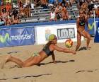Beach Volleybal - Speler van het opslaan van een bal in de ogen van zijn metgezel