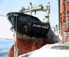 Groot schip van koopwaar gebonden in de haven