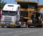 Vrachtwagen, die een grote kipper