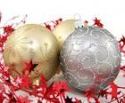 Kerstballen versierd met sterren en een lint