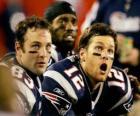 American football spelers zitten op de bank