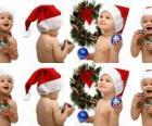 Kinderen met de kerstman hoeden en spelen met kerstversieringen