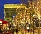 De Champs Élysees versierd voor de kerst met de Arc de Triomphe op de achtergrond. Parijs, Frankrijk
