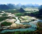 Het platteland van China, de rivier en rijstvelden