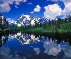 Een meer weerspiegelt de berg kantoor in zijn wateren