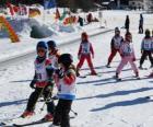 Typisch winters tafereel met kinderen skiën in de bergen