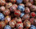 Stapel van Pasen eieren met geometrische decoratie