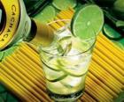 De caipirinha is een Braziliaanse cocktail bestaande uit rum, limoen, suiker en ijs.