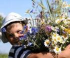 Een kind met een cadeau voor zijn moeder, een grote bos bloemen