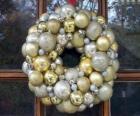 Kroon van Kerstmis, gemaakt met ballen
