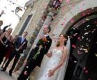 De bruid en bruidegom het verlaten van de huwelijksplechtigheid