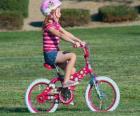 Meisje rijdt op een fiets in het park in het voorjaar
