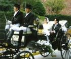 De pasgetrouwden verlaten van de ceremonie in een paardenkoets
