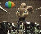 Het konijn Hop met de drumsticks om muziek te maken met het drumstel