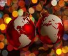 Kerstballen versierd met de kaart van de wereld