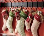 Kousen behangen met kerstcadeaus