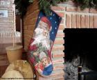 Kerst sokken aan de schoorsteen gehangen