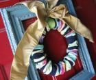De kroon van Kerstmis gemaakt met sokken