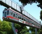 Hangende monorail. Passagiers van de monorail genieten van het uitzicht op de kermis
