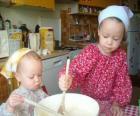 Kinderen voorbereiding van een taart als een verrassing voor je moeder