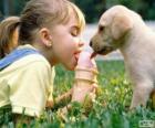 Meisje en de hond delen een ijsje