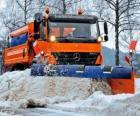 De sneeuwploeg vrachtwagen